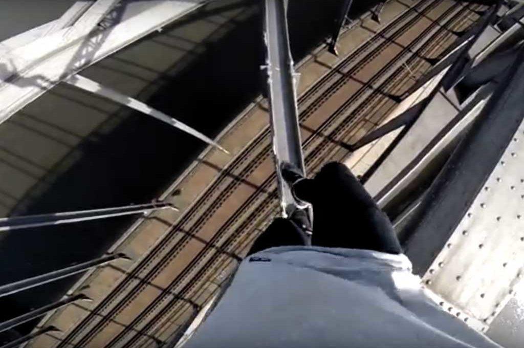 Jason Paul klettert auf die Deutschherrnbrücke