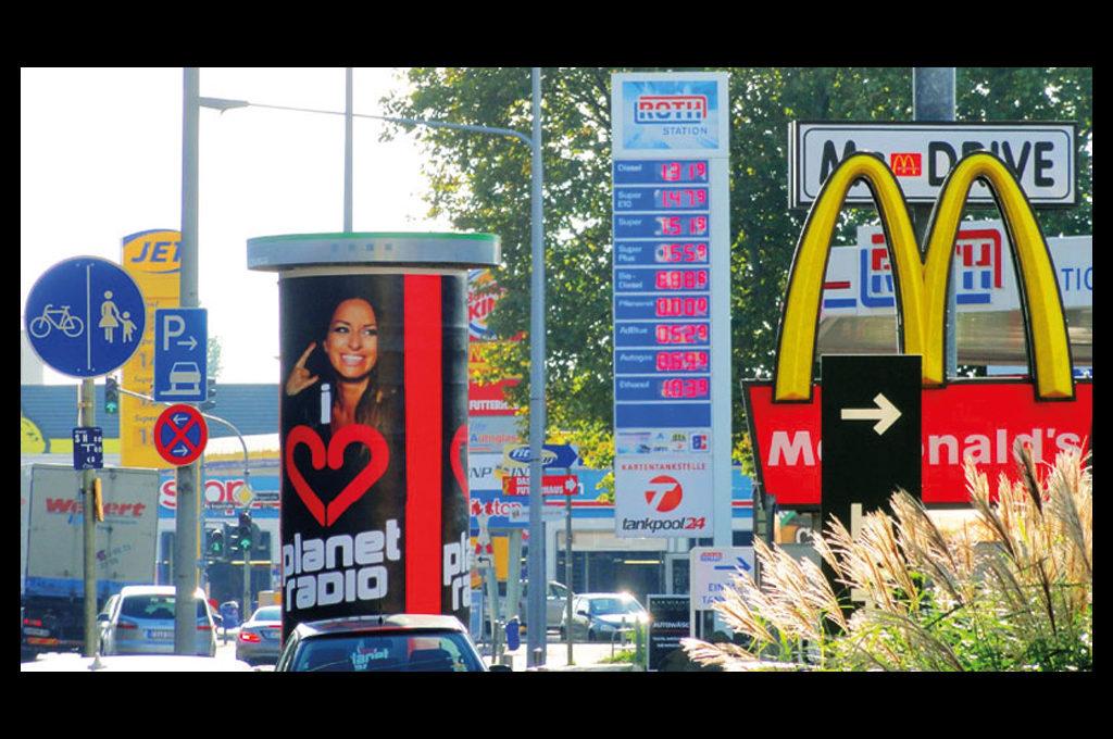 Konsum, Verkehr und Werbung prägen das Stadtbild