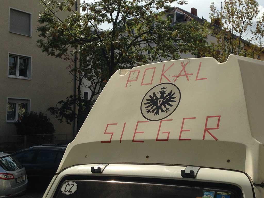 Reisevan mit Pokalsieger-Schriftzug