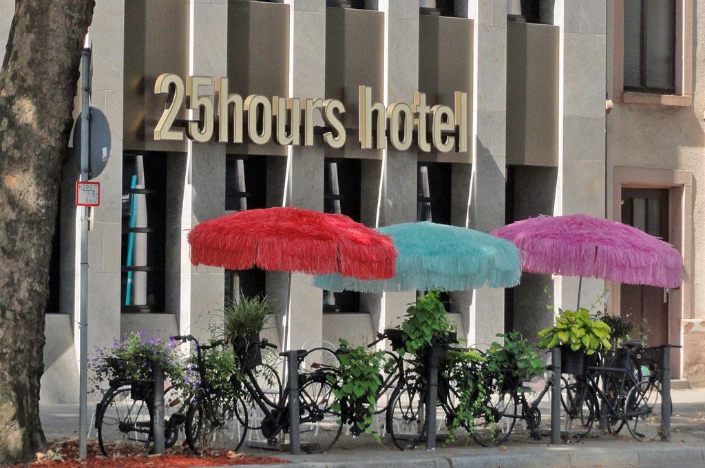 Zaun aus Fahrrädern beim 25 hours Hotel in Frankfurt