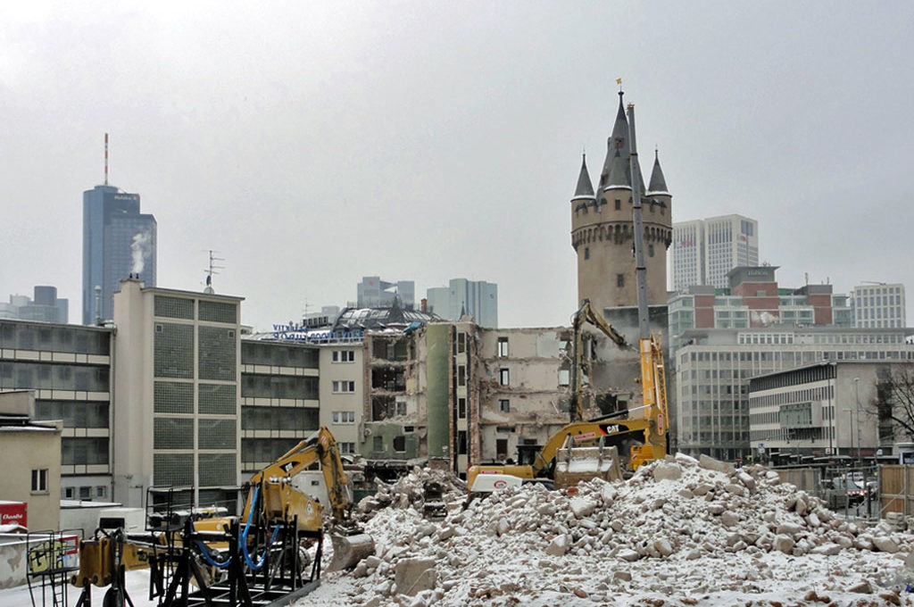 Abbrucharbeiten am Turm-Palast-Kino in Frankfurt