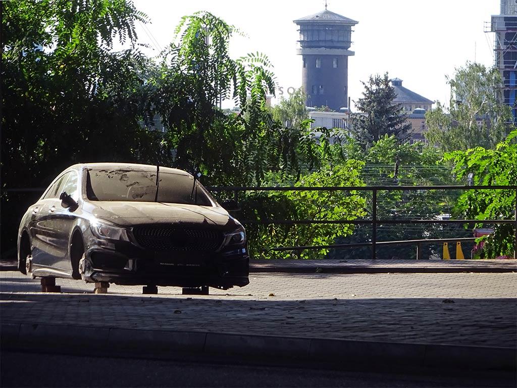 Abgestelltes Auto ohne Reifen