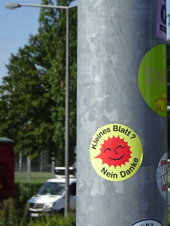"""Abwandlungen des """"Atomkraft? Nein Danke""""-Aufklebers - Kleines Blatt? Nein Danke"""
