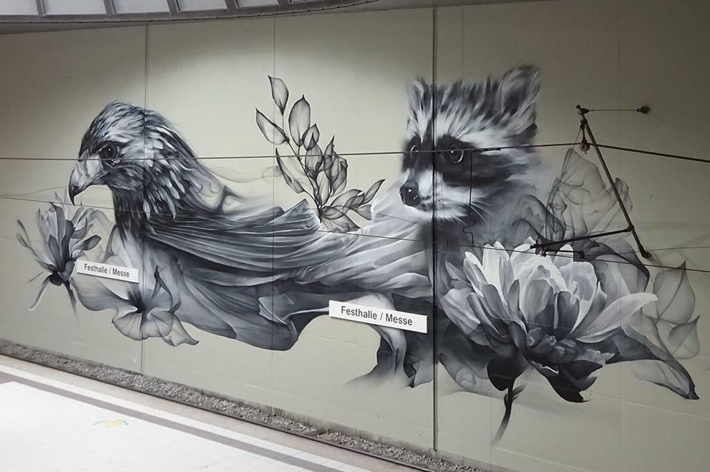 Adler und Waschbär von Alexandar Lazich in Frankfurt