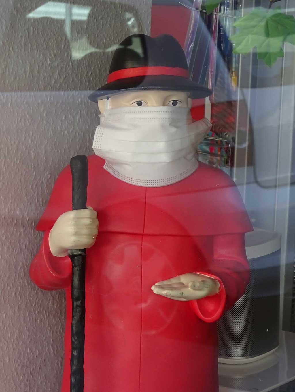 Apothekenschaufenster mit maskierten Figuren
