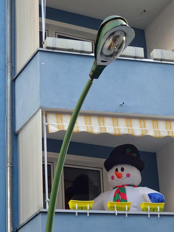 Aufblasbarer Schneemann auf dem Balkon