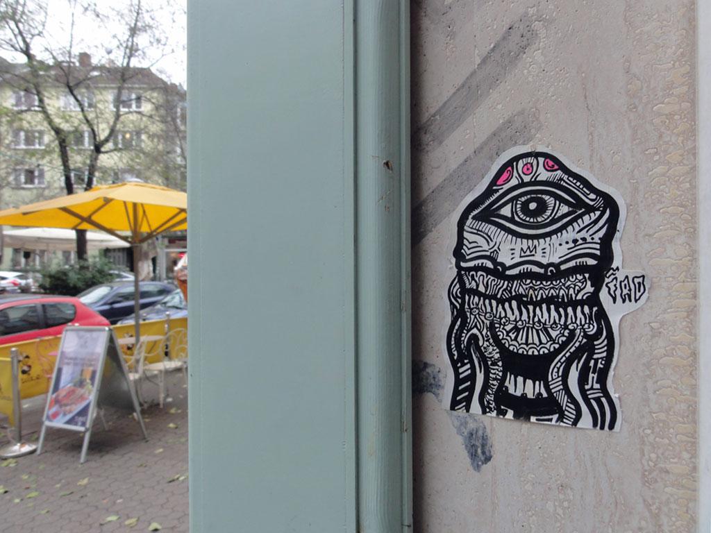 Aufkleber-Streetart von Iro in der Berger Straße in Frankfurt am Main