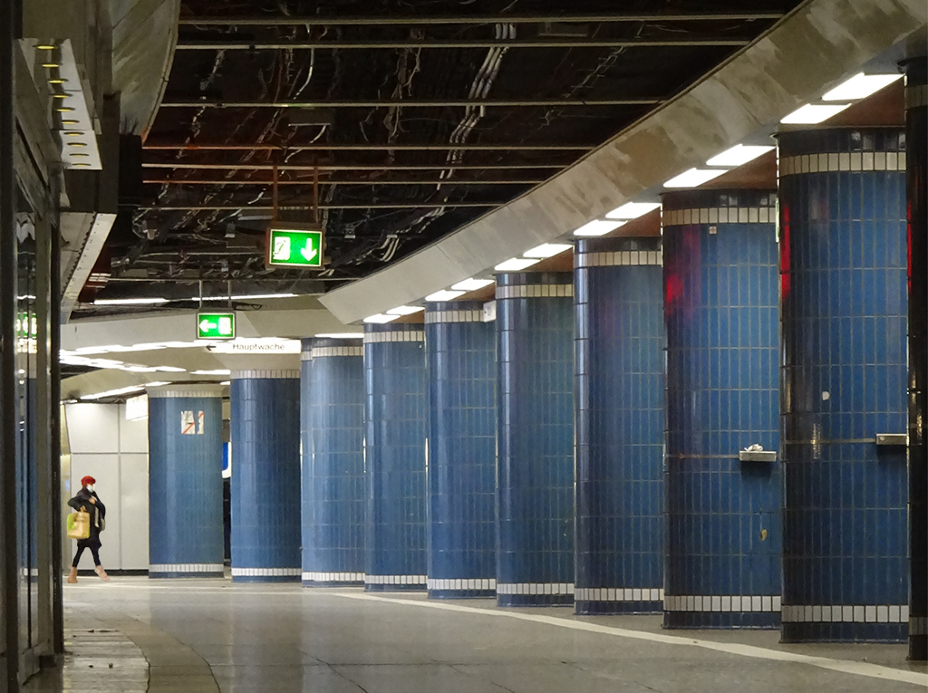 Blaue Säulen in der B-Ebene der Hauptwache in Frankfurt am Main