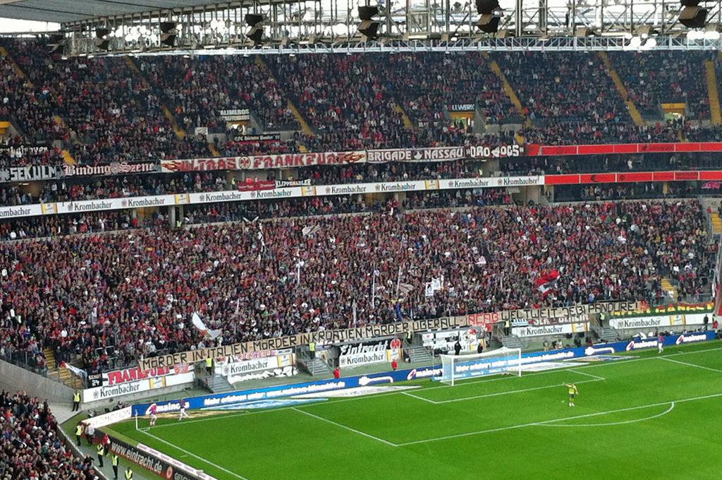 Banner in der Kurve von Eintracht Frankfurt: Jebi Pandure!