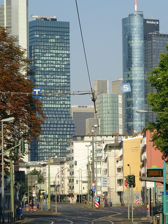 Battonstraße und Blick auf die Skyline in Frankfurt am Main