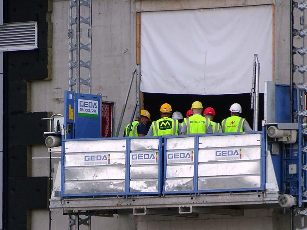 Bauarbeiter mit bunten Helmen