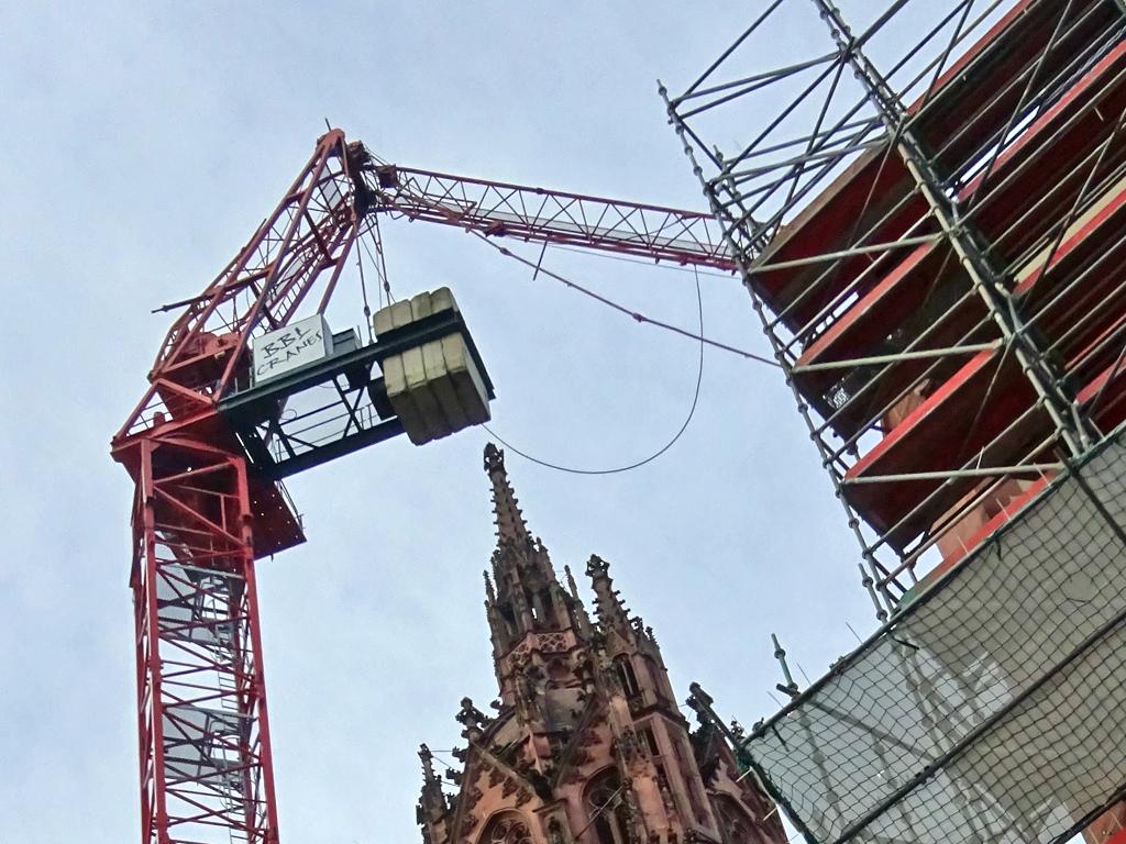 Baukran umgeknickt am Frankfurter Dom