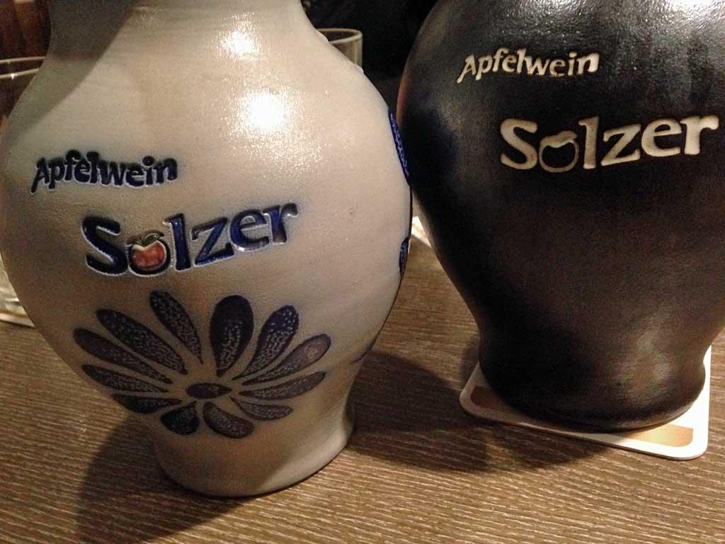 Normaler und schwarzer Bembel bei Apfelwein Solzer