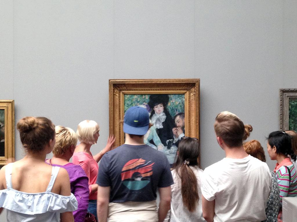 Besucherinnen und Besucher im Städel Museum in Frankfurt