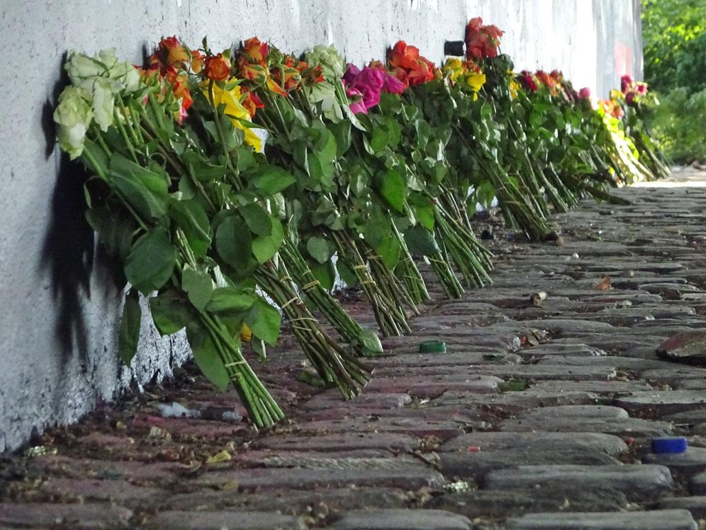 Blumen im Gedenken an die 9 Opfer von Hanau