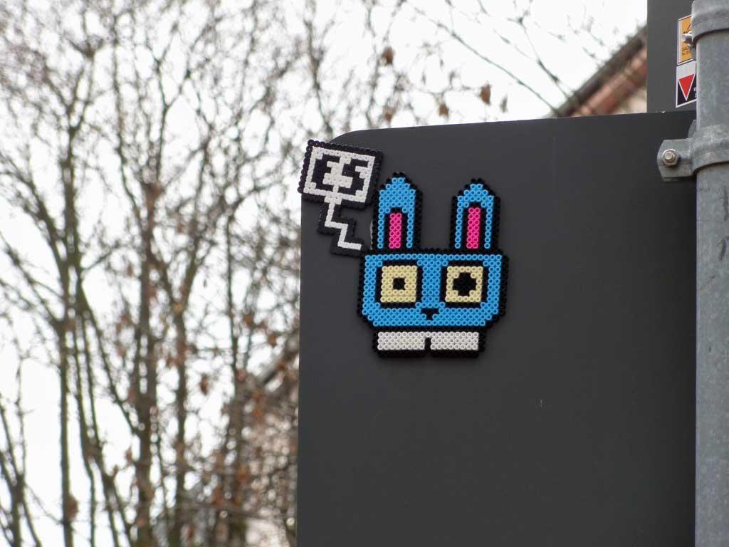Bügelperlen-Streetart in Frankfurt: Hase mit ES-Sprechblase