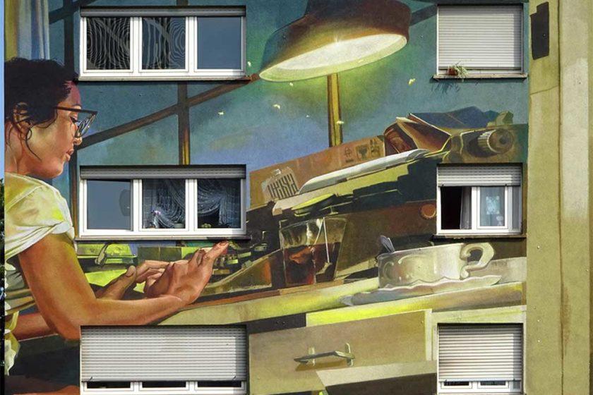 Case Ma'Claim -Graffiti an Hausfassade zeigt Frau an Schreibmaschine