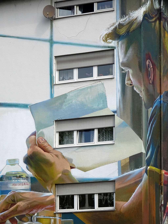 Case Ma'Claim - Streetart in Frankfurt / Miquelallee - Mann liest Brief