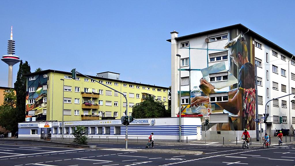 Streetart in Frankfurt an zwei nebeneinanderliegenden Häusern