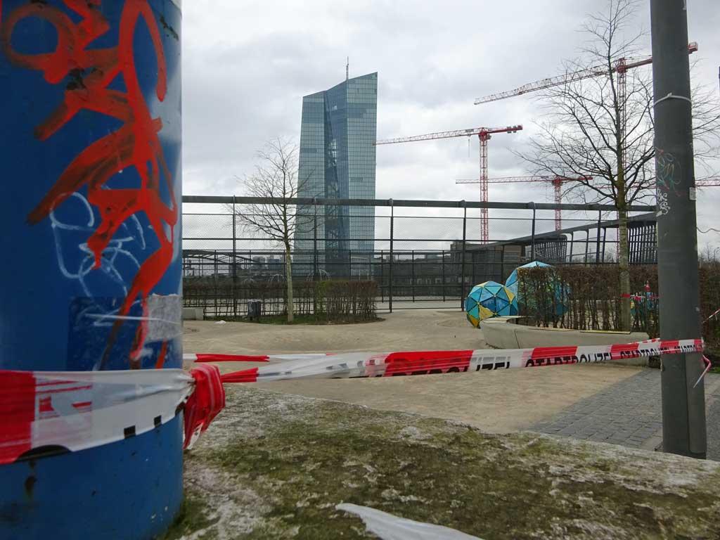 Corona in Frankfurt - Abgesperrter Hafenpark