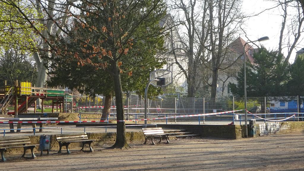 Corona in Frankfurt - Abgesperrter Spielplatz
