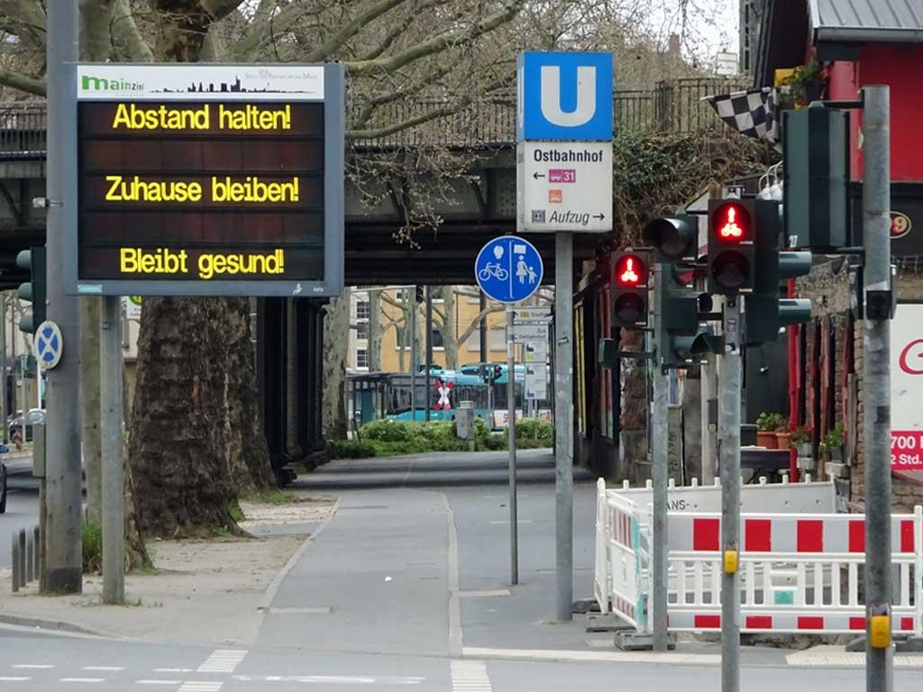 Corona in Frankfurt - Anzeigetafel von MainZiel: Abstand halten! Zuhause bleiben! Bleibt gesund!