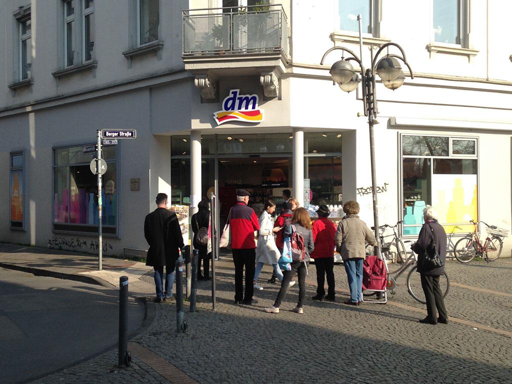 Corona in Frankfurt - Anstehen bei der Drogerie