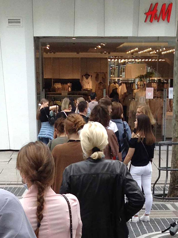 Anstehen bei H&M in Frankfurt