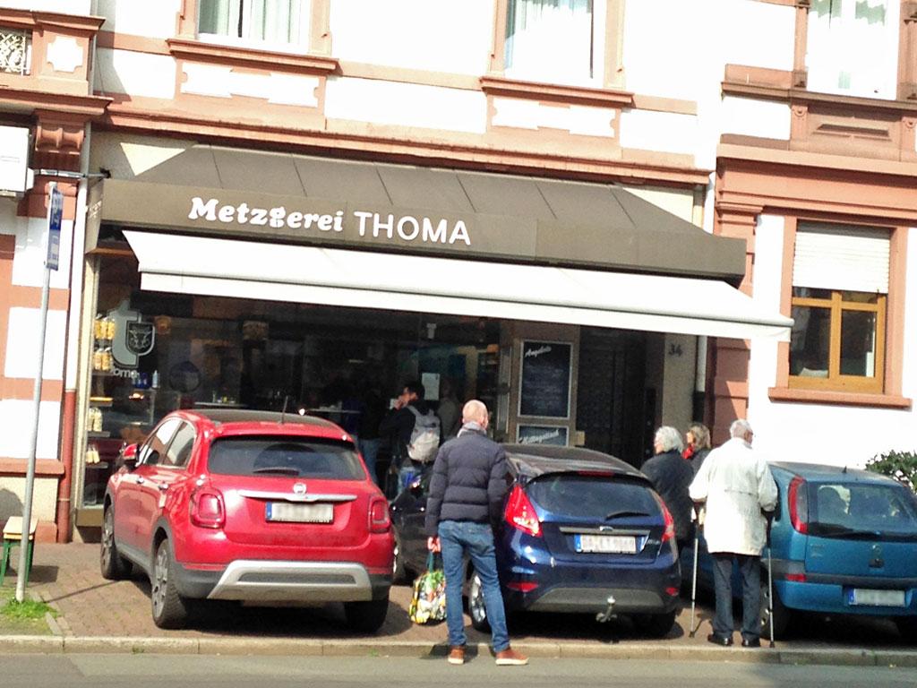 Corona in Frankfurt - Anstehen beim Metzger