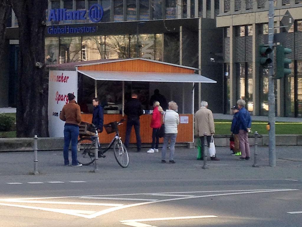 Corona in Frankfurt - Anstehen beim Spargelstand
