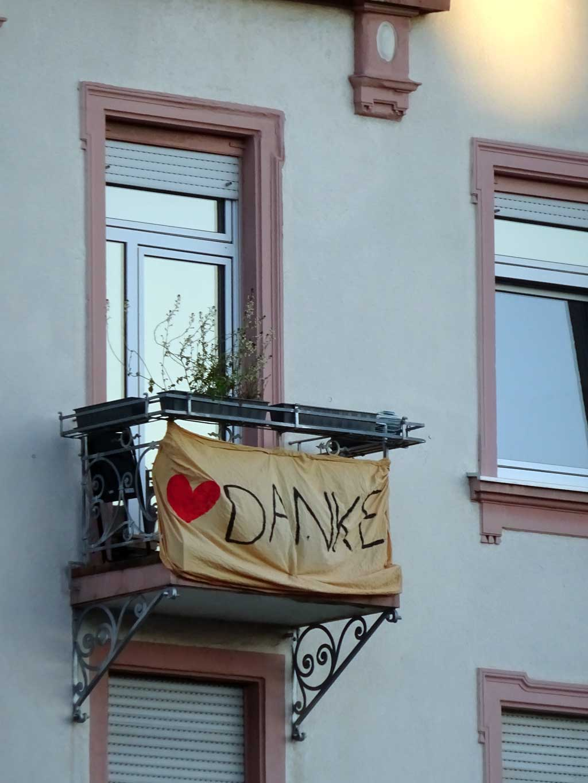 Corona in Frankfurt - Banner mit DANKE am Balkon
