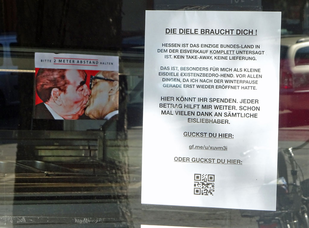Corona-Krise in Frankfurt - Bruderkuss-Motiv um Abstand zu halten