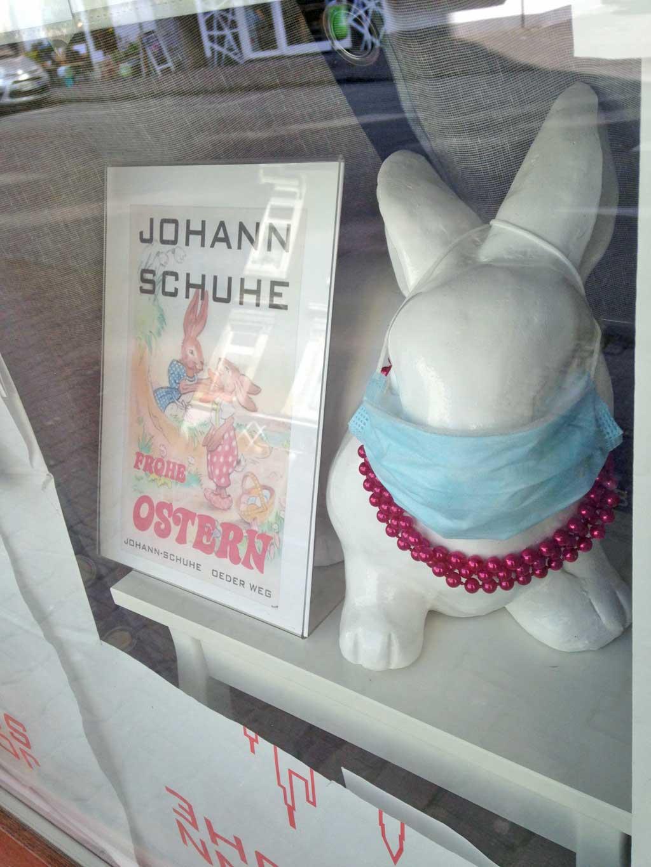 Corona in Frankfurt - Deko-Hase mit Schutzmaske