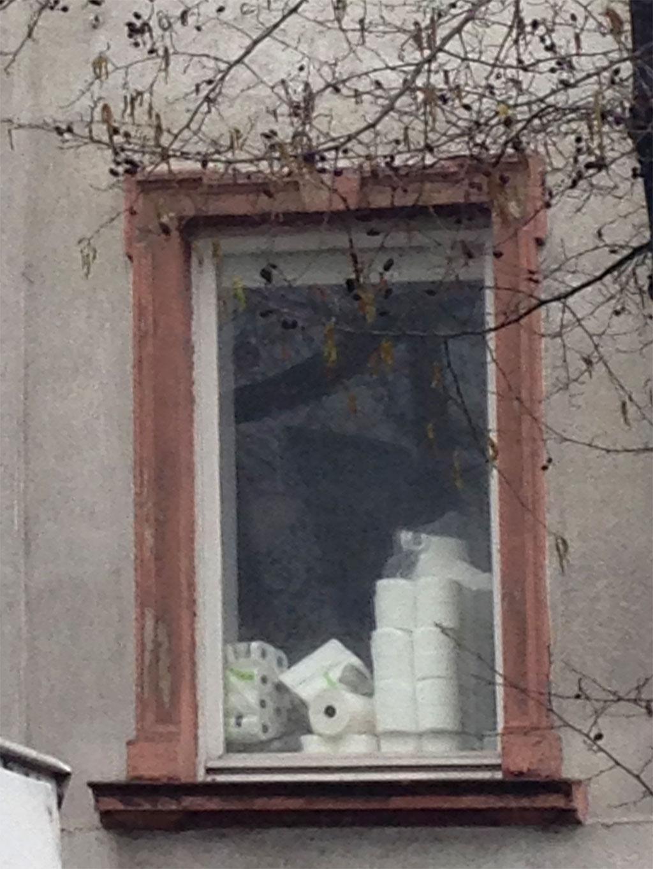 Corona in Frankfurt - Klopapiervorrat an Fenster