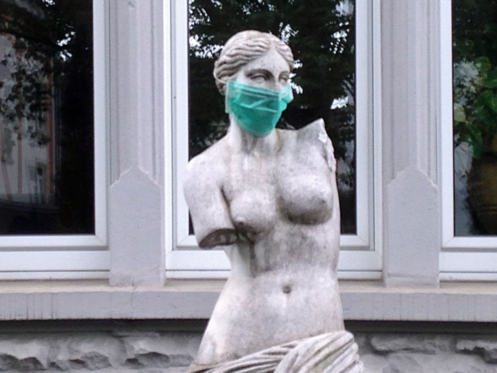 Nackte Frau mit Mund-Nasen-Schutz