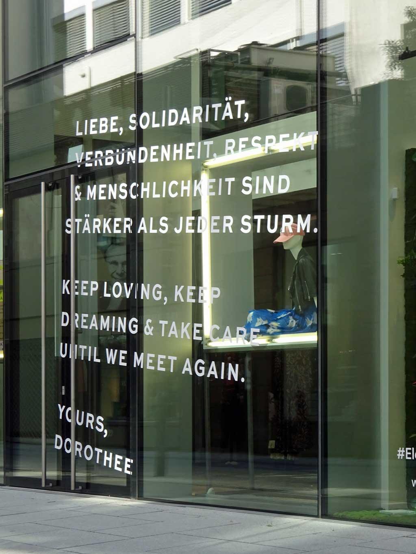 Corona in Frankfurt - Schaufenster-Botschaft bei Dorothee