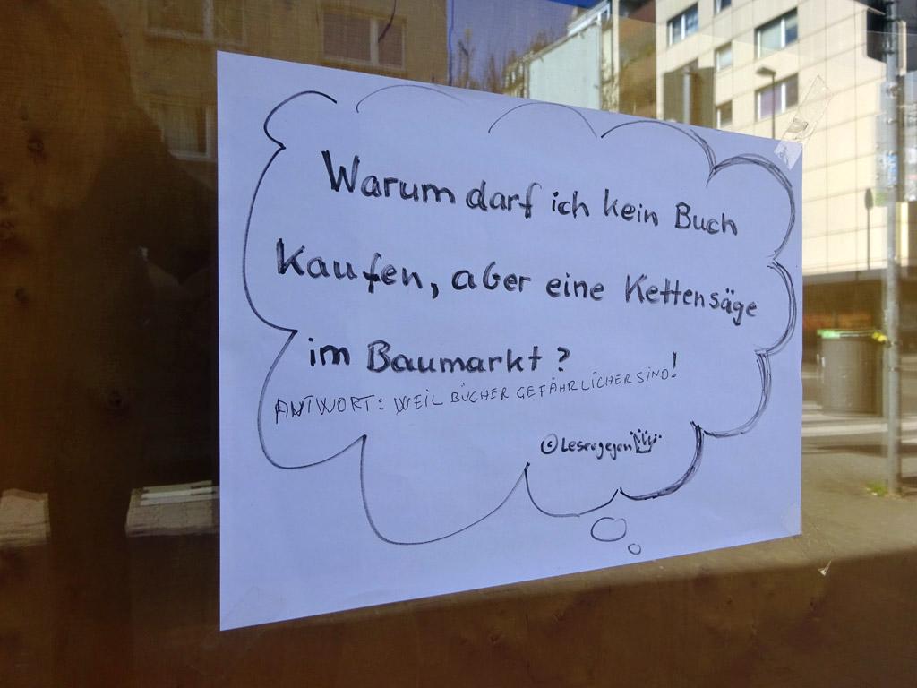 Schaufenster-Zettel in Frankfurt - Buchhandel vs. Baumarkt