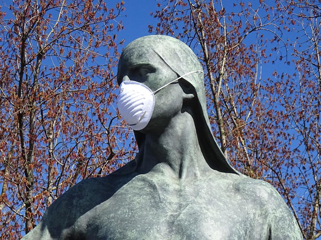 Corona in Frankfurt - Hafenarbeiter-Skulptur mit Schutzmaske
