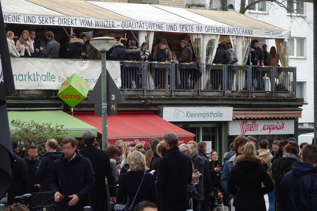 Corona in Frankfurt - Viele Besucher an der Kleinmarkthalle