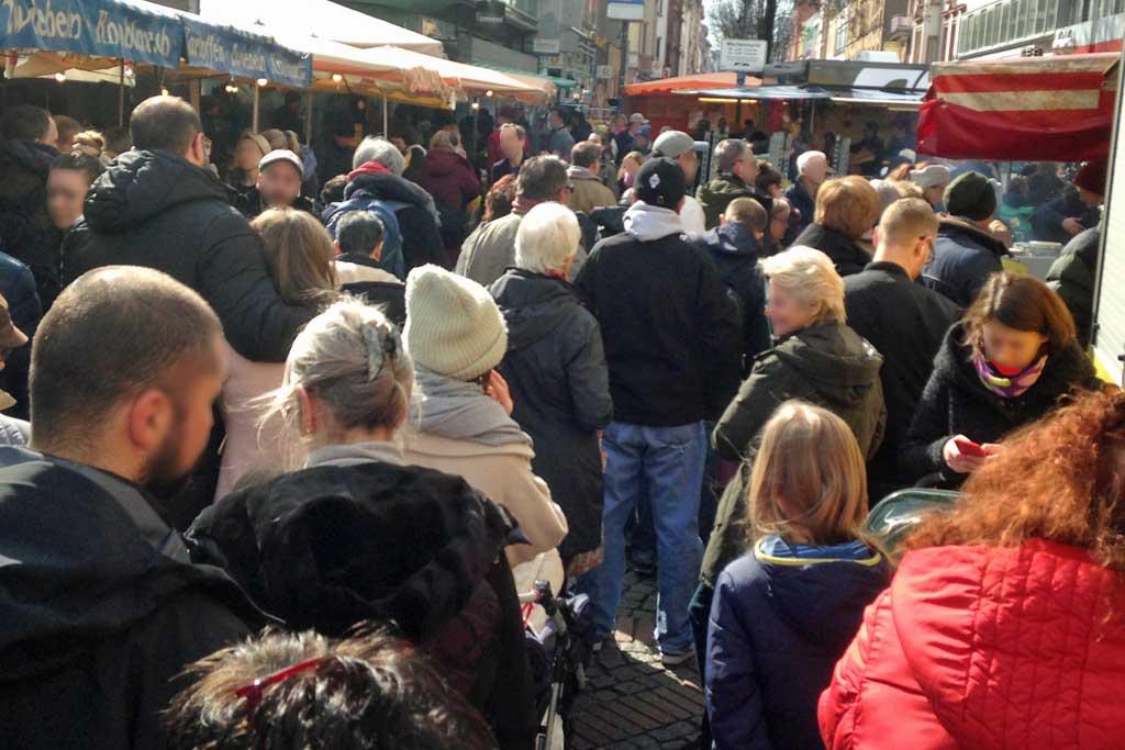 Corona in Frankfurt - Viele Marktbesucher in Bornheim