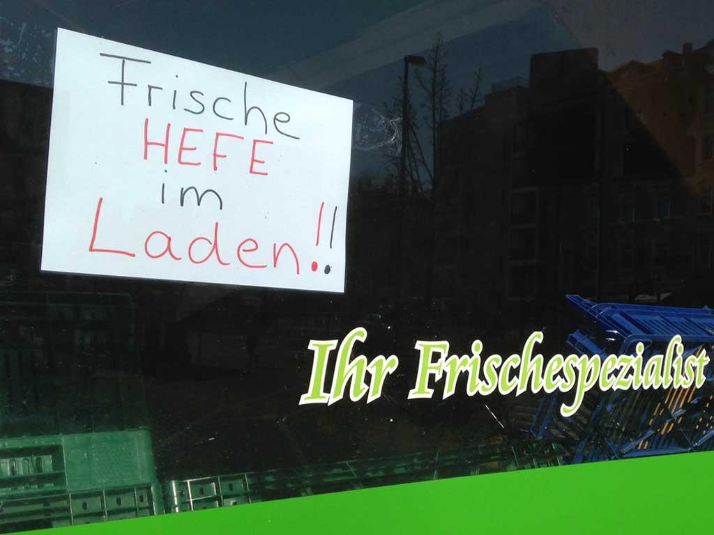 Corona-Krise in Frankfurt - Frische Hefe im Laden