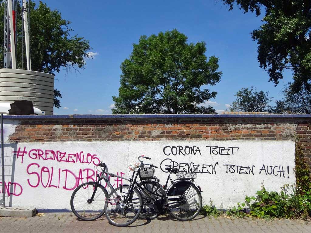 Corona politisch - Corona tötet. Grenzen töten auch