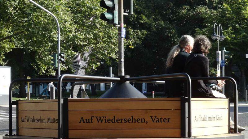 Das Waisen-Karussell von Yael Bartana in Frankfurt