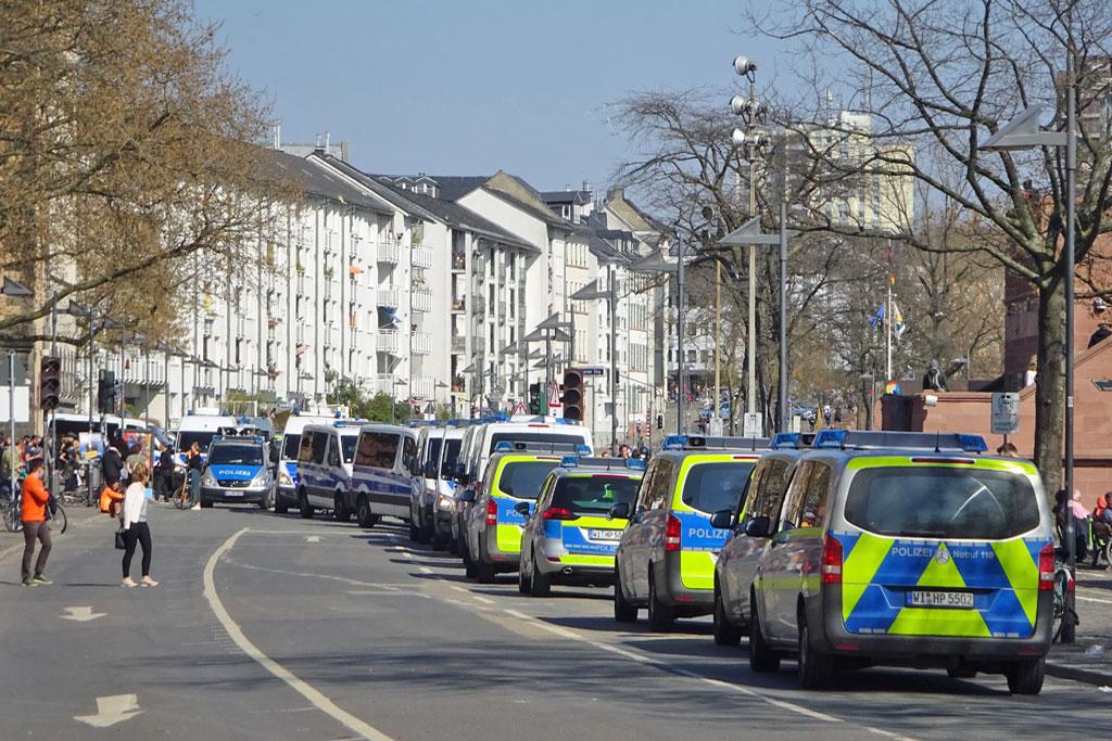 Politischer Protest zu Corona-Zeiten in Frankfurt - Polizeieinsatz bei Demonstration am Eisernen Steg