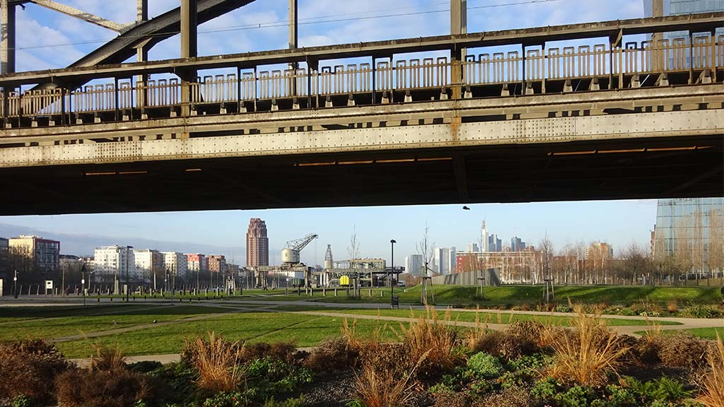 Hafenpark und Deutschherrnbrücke in Frankfurt