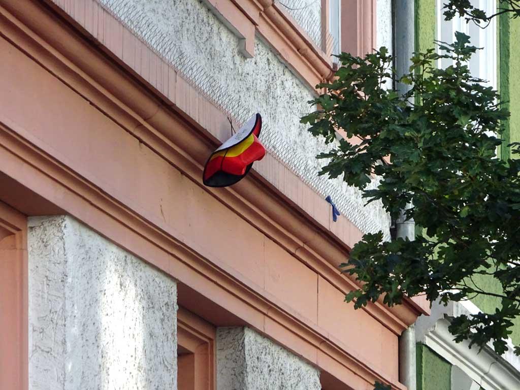 Deutschland-Cowboyhut an Hausfassade in Offenbach