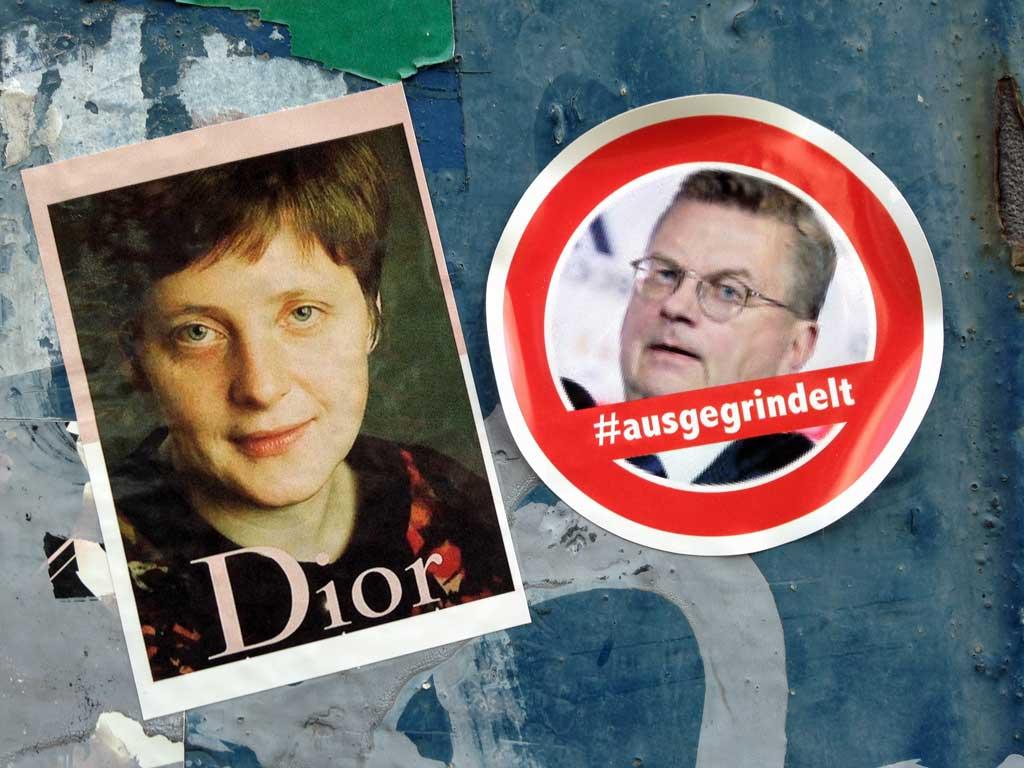 Aufkleber von Merkel als Dior-Model und #augegrindelt