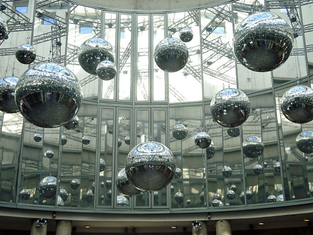 Discokugeln in der Rotunde der Schirn Kunsthalle