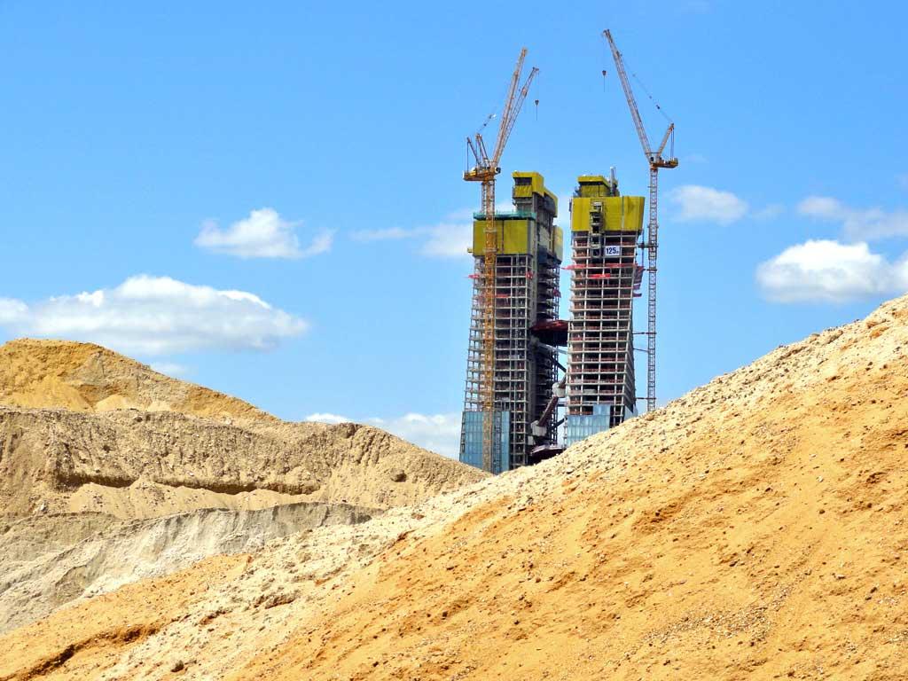 Sandhügel mit EZB-Doppelturm im Aufbau