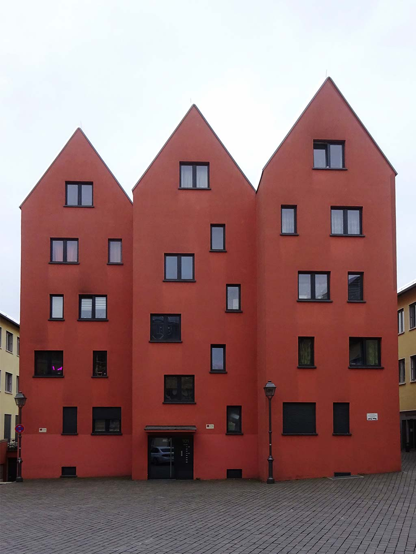 Drei rote Häuser in Frankfurt-Sachsenhausen